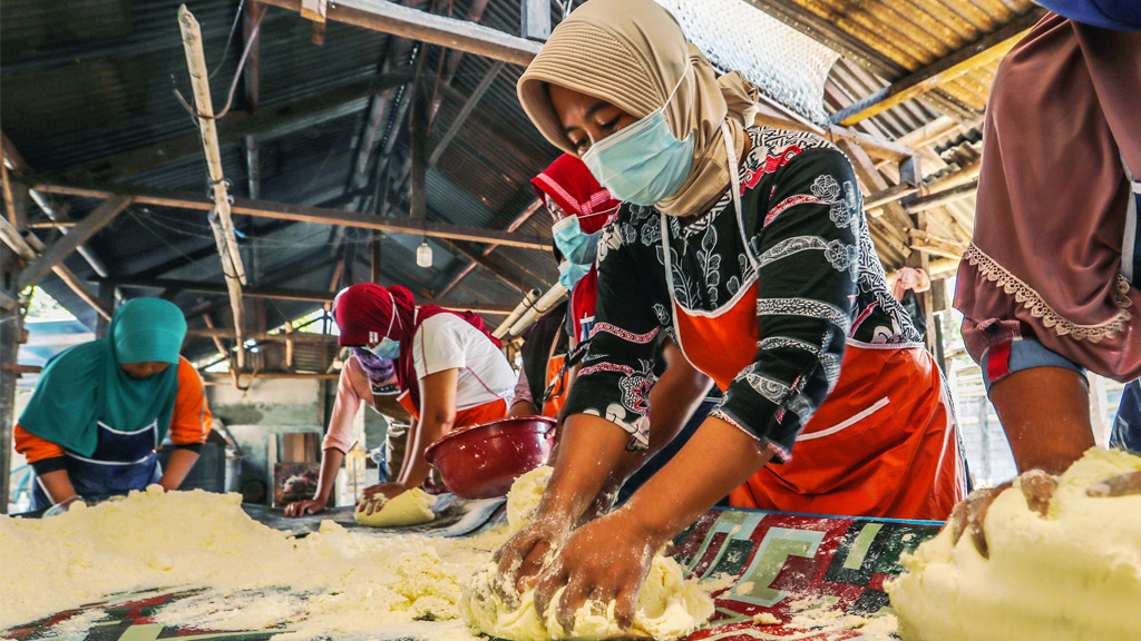 Training facilitators from Vena Energy, Mataram University, and the local government helped the women of Jeger Buana Lombok to expand their market for their cassava chips business.